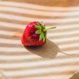 Saftige frische Erdbeere auf hölzernem Hintergrund lizenzfreie stockbilder