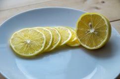 Saftige gelbe Zitrone auf einer Platte lizenzfreies stockbild