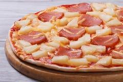 Saftige hawaiische Pizza mit Ananas und Schinken Lizenzfreie Stockfotografie