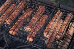 Saftige kupaty Nahaufnahme auf dem Grill gebraten auf den Kohlen lizenzfreie stockfotografie