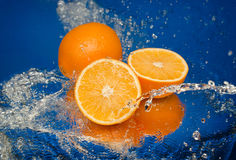 Saftige Orange im Spray des Wassers Stockbilder