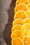 Saftige orange Scheiben auf Jutefasertasche Lizenzfreie Stockbilder