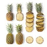 Saftige reife Ananas der unterschiedlichen Vielzahl sind ganz und Schnitt auf einem weißen Hintergrund Von der Draufsicht lizenzfreie stockbilder