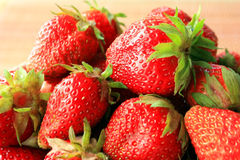 Saftige, reife Erdbeeren in einer Schüssel Lizenzfreie Stockfotos