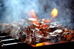 Saftige Scheiben des Fleisches bereiten sich auf Feuer vor lizenzfreies stockfoto