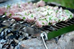 Saftige Scheiben des Fleisches bereiten sich auf Feuer vor stockfotografie