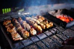 Saftige Scheiben des Fleisches bereiten sich auf Feuer vor lizenzfreie stockbilder
