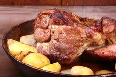 Saftige Schweinefleischhalshiebe werden mit Kartoffeln auf einem Steinhintergrund gegrillt Lizenzfreie Stockfotografie