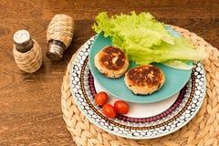 Saftige selbst gemachte Koteletts möbeln, Schweinefleisch, Huhn auf einem hölzernen Hintergrund auf Das Konzept einer gesunden Di Stockfoto