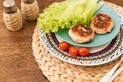 Saftige selbst gemachte Koteletts möbeln, Schweinefleisch, Huhn auf einem hölzernen Hintergrund auf Das Konzept einer gesunden Di Lizenzfreie Stockfotos