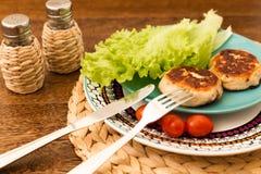 Saftige selbst gemachte Koteletts möbeln, Schweinefleisch, Huhn auf einem hölzernen Hintergrund auf Das Konzept einer gesunden Di Stockbilder
