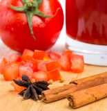 Saftige Tomaten-Juice Indicates Beverage Drink And-Erfrischungen lizenzfreie stockbilder