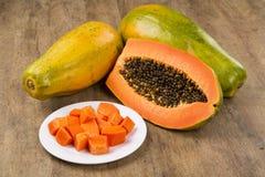 Saftige tropische Frucht mamao Papaya des neuen Schnittes mit Samen bei Brasilien Stockfotografie