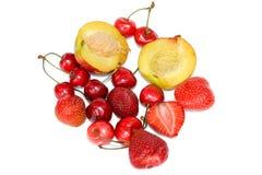Saftige und frische Kirschen, Erdbeeren und Pfirsich stockbild