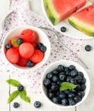 Saftige Wassermelone und frische Blaubeeren der Beeren Lizenzfreie Stockfotos