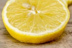 Saftige Zitrone-Scheibe Lizenzfreie Stockbilder