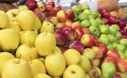 Saftiger Apfelhintergrund der gelben, roten, grünen Frucht für Verkauf auf dem Markt Stockbild