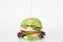 Saftiger Burger auf weißem Hintergrund Stockfotografie