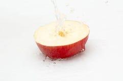 Saftiger, geschmackvoller Apfel und kühles, Süßwasser. Stockbild