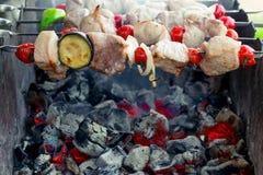 saftiger geschmackvoller Kebab auf Aufsteckspindeln auf Grill Stockbild