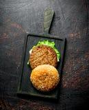 Saftiger Rindfleisch Burger mit Kräutern stockbild