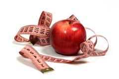 Saftiger, roter Apfel und Zentimeter. Lizenzfreie Stockbilder