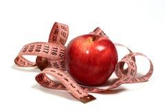 Saftiger, roter Apfel und Zentimeter. Stockfoto