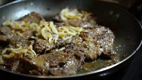 Saftiges appetitanregendes Rindfleisch oder Schweinefleisch oder Leber brät in einer Bratpfanne Konzept des Kochens stock footage