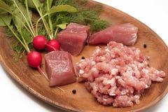 Saftiges Fleisch gehackt in der gehackten Nahaufnahme gedient mit gro?en St?cken Frischgem?se, Gew?rz und Kr?utern des rohen Flei stockfoto