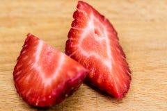 Saftiges geschnittenes Erdbeermakro Lizenzfreie Stockfotos