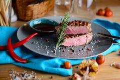 Saftiges halb gares Rindfleischsteak auf einer Platte in einem Restaurant sehr viele Fleischmehlklöße Lizenzfreie Stockfotografie