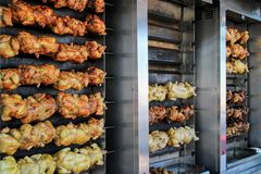 Saftiges Huhn gebraten auf dem Spucken stockfotografie