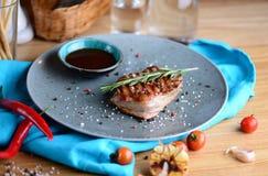 Saftiges Steak auf einer Platte mit Soße diente für ein Abendessen in einer Steakhouse sehr viele Fleischmehlklöße Stockbilder