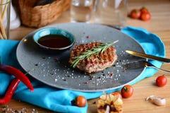 Saftiges Steak auf einer Platte mit Soße diente für ein Abendessen in einer Steakhouse sehr viele Fleischmehlklöße Lizenzfreie Stockfotografie