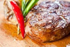 Saftiges Steak mit Gemüse Stockfotos