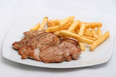 Saftiges Steak mit Pommes-Frites auf einer Platte Stockfoto