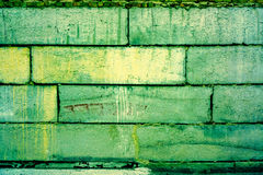 Saftiges Teil des Smaragd- Grüns Backsteinmauer mit starkem Ziegelstein und etwas Spinnennetz und -farbegradint Effekt auf sie Lizenzfreie Stockfotos