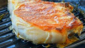 Saftigt kött med kryddan på den grillade pannan stock video