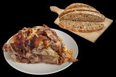 Saftigt nytt spottat grillat griskött Ham Chunk med bruna väsentliga brödskivor på träskärbrädan som isoleras på svart bakgrund fotografering för bildbyråer