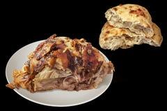 Saftigt nytt spottat grillat griskött Ham Chunk med sönderriven Leavened tunnbröd släntrar isolerat på svart bakgrund royaltyfria foton