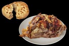 Saftigt nytt spottat grillat griskött Ham Chunk med sönderriven Leavened tunnbröd släntrar isolerat på svart bakgrund arkivfoton
