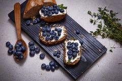 Saftigt organiskt för smakligt sunt blåbär för matbrödgräddost Arkivfoton