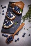 Saftigt organiskt för smakligt sunt blåbär för matbrödgräddost Royaltyfri Bild