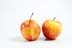 Saftigt rött äpple på en vit bakgrund Arkivbilder
