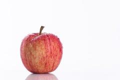 Saftigt rött äpple på vit bakgrund Arkivfoton
