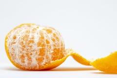 Saftigt tangerincloseupfoto på vit bakgrund Ljus orange citrusfrukt Den hela tangerin skalar av fotografering för bildbyråer