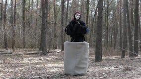 Saga i Forest Costume av Baba Yaga dans lager videofilmer