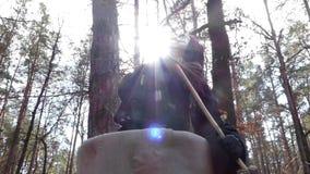 Saga i Forest Costume av Baba Yaga dans stock video