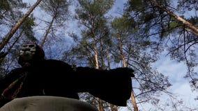 Saga i Forest Costume av Baba Yaga dans arkivfilmer