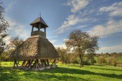 A sagacidade de madeira da torre de sino cobre com sapê Imagem de Stock